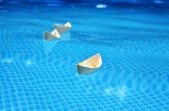 Drei kleine Papierboote auf Wasser stockfoto