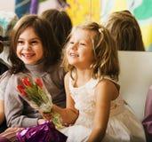 Drei kleine verschiedene Mädchen an der Geburtstagsfeier, die Spaß hat Stockbild