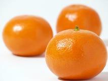 Drei Klementinen auf einem weißen Hintergrund Stockfotografie