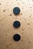 Drei Knöpfe auf Platte (Mitte) Stockfotos