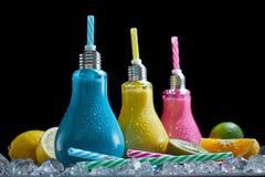 Drei kreative geformte Cocktailgläser der Glühlampe Lizenzfreies Stockfoto