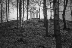 Drei Kreuze auf dem kahlen Hügel Lizenzfreie Stockbilder