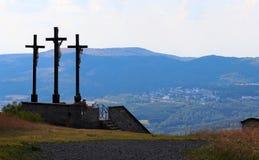 Drei Kreuze auf dem Kreuzberg in Deutschland stockfotografie