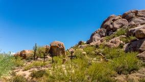 Drei Kreuze auf einem Abhang in der Arizona-Wüste lizenzfreie stockbilder