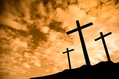 Drei Kreuze auf einem Hügel lizenzfreie stockbilder