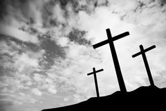 Drei Kreuze auf einem Hügel Stockfotografie