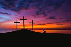Drei Kreuze auf einem Hügel Stockbild