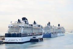 Drei Kreuzschiffe im Hafen Stockfotos