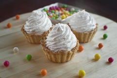 Drei Kuchen mit mehrfarbigen Süßigkeiten Stockfotos