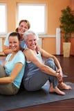 Drei lächelnde Frauen in der Gymnastik stockfotografie