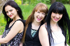 Drei lächelnde Freundinnen Stockbild