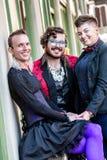 Drei lächelnde Geschlechts-Flüssigkeits-Freunde Stockfoto