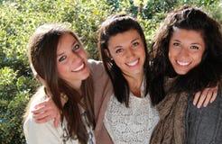 Drei lächelnde Jugendliche Stockfotos
