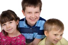 Drei lächelnde Kinder! Lizenzfreie Stockfotografie