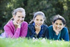 Drei lächelnde Tween-Mädchen stockfotos