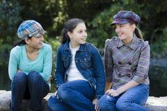 Drei lächelnde Tween-Mädchen draußen lizenzfreies stockfoto