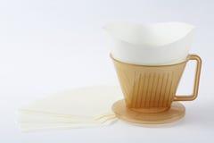 Drei Löcher schreiben Kaffee Dripper mit Filter Stockbilder