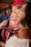 Drei lachende Frauen in einem Saal Stockfotos