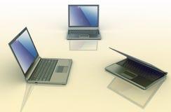 Drei Laptops über farbigem Hintergrund Stockfotografie