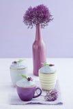 Drei Lavendelkleine kuchen Stockfotos