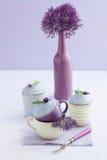 Drei Lavendelkleine kuchen Stockfotografie