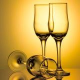 Drei leere Champagnergläser auf farbigem Hintergrund stockfotos