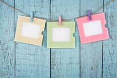 Drei leere Fotorahmen, die mit Wäscheklammern hängen Stockfotos