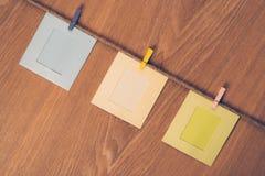 Drei leere Fotorahmen, die mit Wäscheklammern hängen Lizenzfreies Stockbild