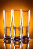 Drei leere Glasgläser für Bier oder Getränke Stockfotografie