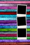 Drei leere Polaroide auf buntem hölzernem Hintergrund Lizenzfreie Stockfotografie