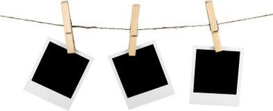 Drei leere polaroidrahmen, die an der Schnur hängen lizenzfreie stockfotografie