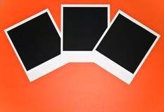 Drei leere sofortige Fotorahmen auf rotem Hintergrund mit Kopie sperren Draufsicht Stockbilder