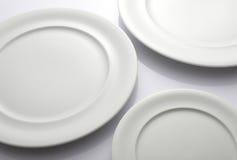 Drei leere weiße Platten Lizenzfreie Stockfotos