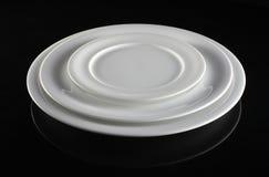Drei leere weiße Platten Stockbild