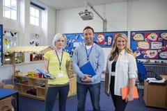 Drei Lehrer in einem Klassenzimmer lizenzfreie stockbilder