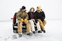 Drei Leute, die ein Bier essen Stockfotografie