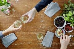 Drei Leute, die an einem Restauranttisch aufeinander einwirken Lizenzfreies Stockbild