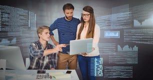 Drei Leute, die an Laptop mit Schirmtextschnittstelle arbeiten Stockfotografie