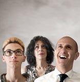 Drei Leute, die oben schauen Stockfotografie