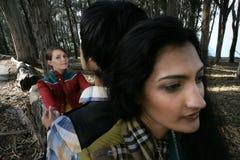 Drei Leute im Holz Stockfotografie