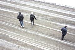 Drei Leute im Schneesturm Stockfotos