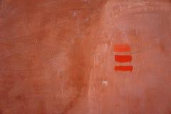 Drei Linien Ziegelsteinfarbe, gemalt auf Betonmauer Lizenzfreie Stockbilder