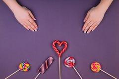 Drei lollypops und Maniküre lizenzfreies stockfoto