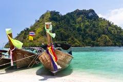 Drei longtail Boote auf Strand lizenzfreie stockfotos
