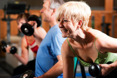 Drei ältere Leute in der Gymnastik Lizenzfreie Stockbilder
