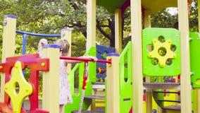 Drei Mädchen auf einem Spielkomplex auf dem Spielplatz stock video
