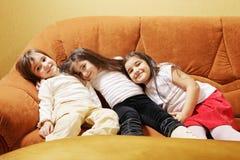 Drei Mädchen auf Sofa stockbild