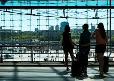 Drei Mädchen auf Zugstationsplattform von hinten schauendes c stockfotos