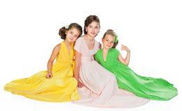 Drei Mädchen in den bunten Kleidern Lizenzfreies Stockbild