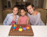Drei Mädchen, die ihre Geburtstage feiern Stockfotografie
